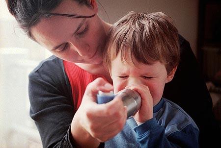 une jeune maman fait inhaler de la ventoline à son enfant souffrant d'asthme pour prévenir une éventuelle crise , le 26 février 2002 à Conflans-Sainte-Honorine, près de Paris. AFP PHOTO DIDIER PALLAGES